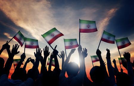 personas saludando: Siluetas de personas que ondeaban la bandera de Ir�n