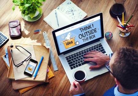 mision: Think Outside The Box Idea Innovaci�n hombre Concepto