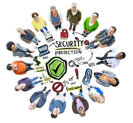 personas mirando: Etnia Gente Mirando hacia arriba de Seguridad de Protecci�n de Datos Concept