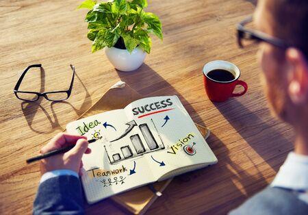 El hombre de negocios lluvia de ideas sobre el éxito de negocio