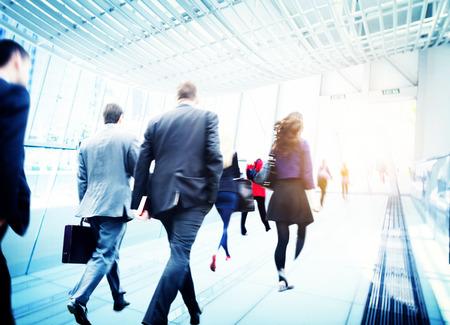 통근 여행 모션 도시 개념을 걷는 비즈니스 사람들
