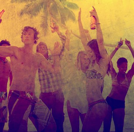 jovenes tomando alcohol: Fiesta joven alcohol Diversi�n Libertad Summer Beach