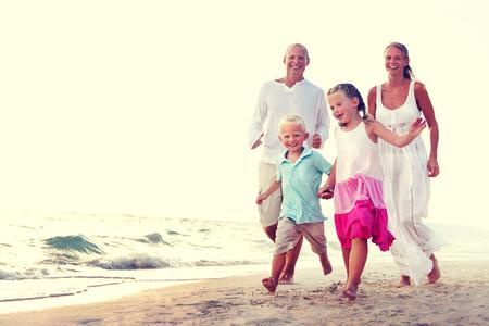 遊び心のある休暇旅行休暇の概念を実行する家族 写真素材