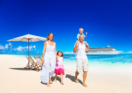 Family Summer Vacation Paradise Beach Happiness Konzept