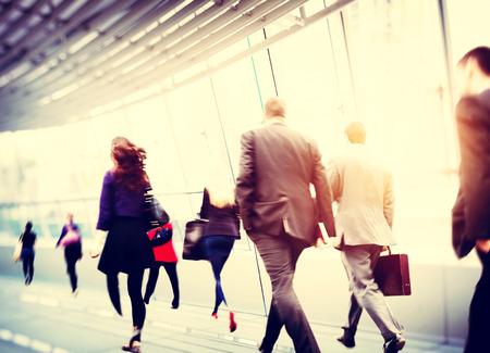 caminando: Poca gente de negocios viajero del viaje Motion City Concepto