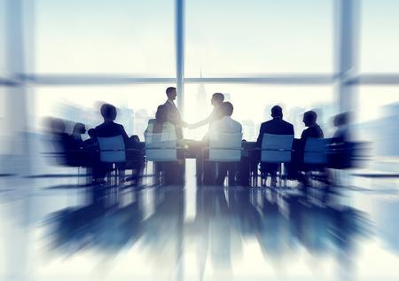 dando la mano: Silueta de Personas de negocios en una sala de juntas