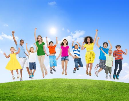 gente saltando: Diversidad étnica diversa Etnia Variación Unidad Unión Concept