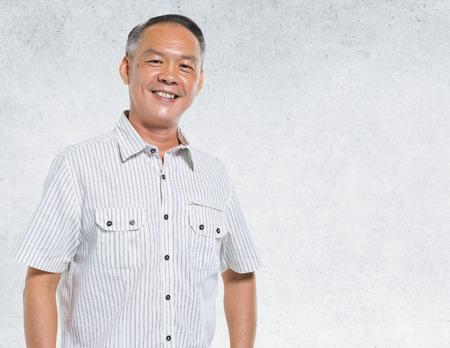 persona mayor: Hombre asiático Retrato muro de hormigón fondo de concepto