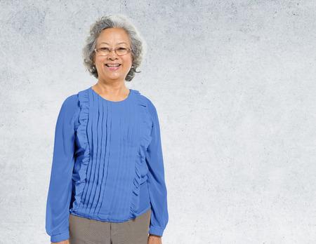 persona de pie: Señora asiática Retrato muro de hormigón fondo de concepto