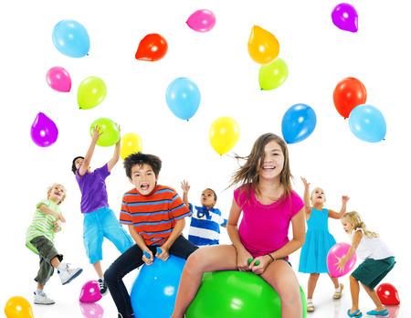 jugando: Felicidad multi�tnico Ni�os Balloon Amistad Concept Foto de archivo