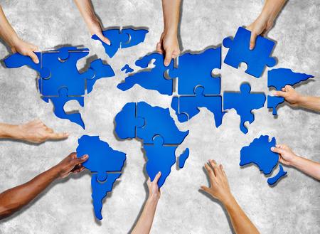 Luchtfoto van mensen vormen World Map met puzzelstukjes