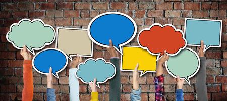 Groep van Hands Holding Speech Bubbles