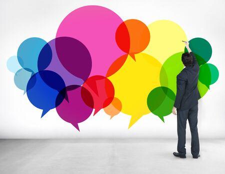 dialogo: Empresario de pie Pensamientos Ideas Discurso Concepto Foto de archivo