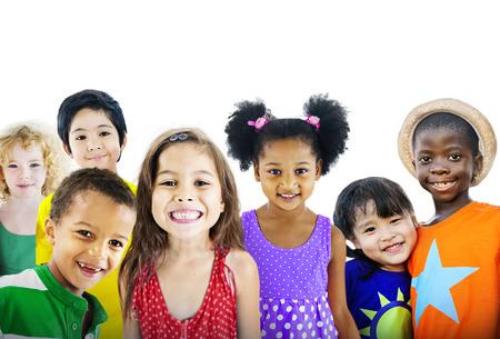 fondo blanco: Niños Niños Happines Grupo multiétnico Alegre Concepto Foto de archivo