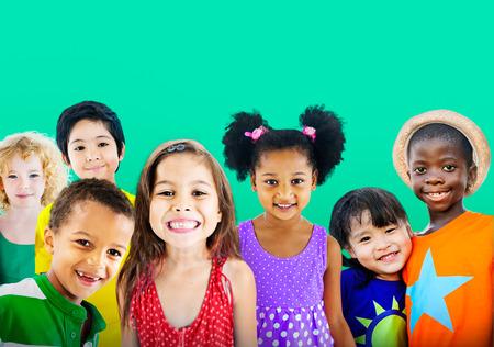 다양성 어린이 우정 무죄 미소 개념
