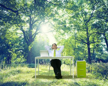 屋外の緑の自然概念を働くビジネスをリラックス