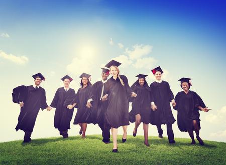 birrete de graduacion: Los estudiantes de la graduaci�n Celebraci�n �xito Logro Felicidad Foto de archivo