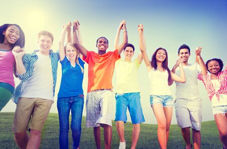 manos levantadas al cielo: Grupo de amigos al aire libre Celebración Ganar Victoria Diversión Concept Foto de archivo