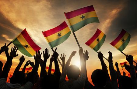 silueta hombre: Siluetas de personas que tienen la bandera de Ghana