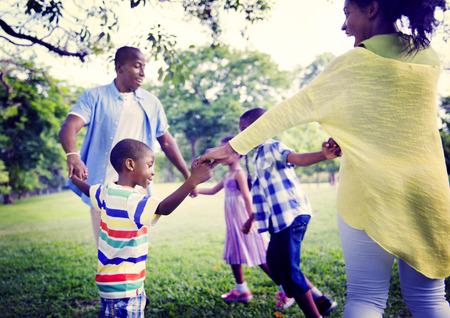 famille: Famille africaine Bonheur vacances vacances Activit� Concept