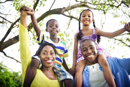 padres e hijos felices: Familia africana de vacaciones Felicidad Holiday Actividad Concept