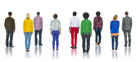 personas de pie: Grupo multiétnico de la gente de pie Vista posterior Foto de archivo