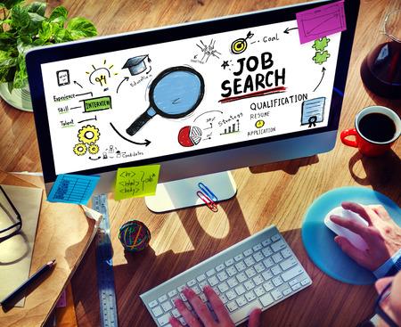 puesto de trabajo: El hombre de negocios de Internet de b�squeda de empleo en l�nea aplicaci�n Concept