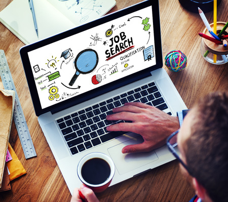 puesto de trabajo: El hombre de negocios de Internet de búsqueda de empleo en línea aplicación Concept