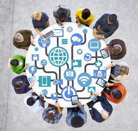 グローバルコミュニケーション ソーシャルネットワー キングのデジタル デバイスのオンライン コンセプト