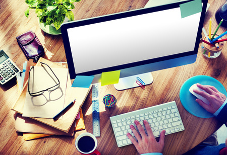 trabajando en casa: En blanco computadora de escritorio Home Office Concepto de Trabajo Hombre
