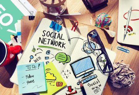 medios de comunicacion: Redes Sociales Oficina de Medios de Comunicaci�n Social tur�stica del lugar de trabajo Concepto Foto de archivo