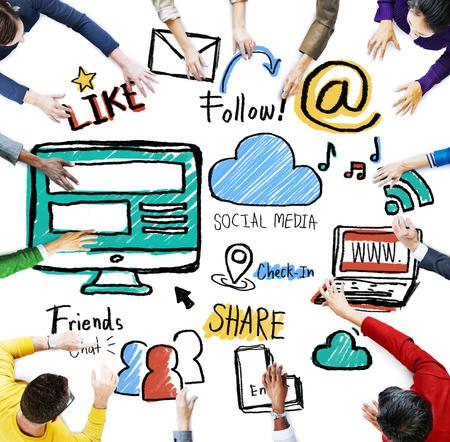 medios de comunicaci�n social: Multi�tnico Personas Discusi�n Reuni�n Medios de Comunicaci�n Social Concepto Foto de archivo
