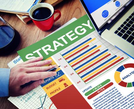 planificacion estrategica: El hombre de negocios Estrategia de Trabajo Cálculo Pensando Planificación Trámites Concept