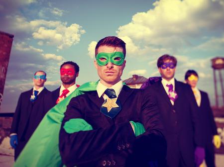 confianza: Los hombres de negocios del super héroe Confianza Power Team Pride Concepto