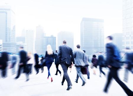 gente caminando: Poca gente de negocios viajero del viaje Motion City Concepto