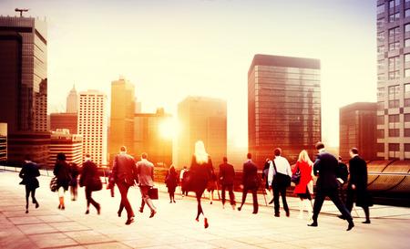 bewegung menschen: Gesch�ftsleute Gehen Hauptverkehrszeit Pendler Stadt Konzept