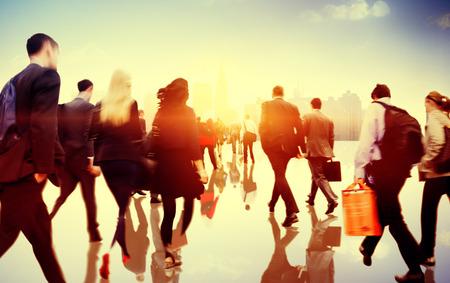 personas caminando: Gente de negocios Hora punta Corta De trayecto City Concepto