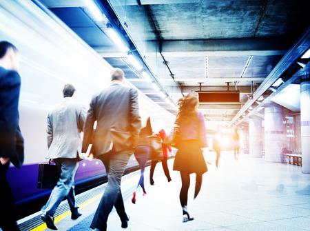 tren: La estaci�n de metro Gente de negocios Commuter Viajes Concepto