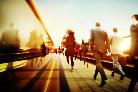 working people: Gesch�ftsleute Nehmens Gehen Commuting Stadt Konzept