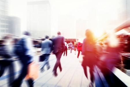 bewegung menschen: Gesch�ftsleute Nehmens Gehen Commuting Stadt Konzept