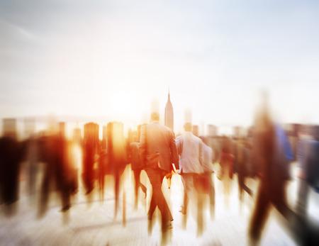 사람들: 통근 여행 모션 도시 개념을 걷는 비즈니스 사람들