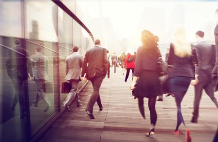 生活方式: 人們通勤走尖峰時刻城市景觀概念
