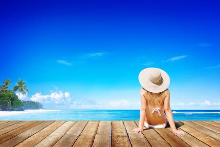 リラクゼーション ビーチ女性休暇屋外シースケープ コンセプト