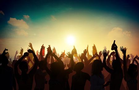 gl�ckliche menschen: Menschenmenge Partei Celebration Drinks Arme hoch Konzept