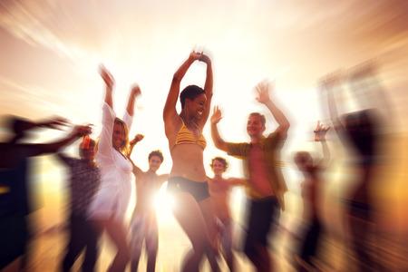 gente bailando: Partido de baile Placer Celebraci�n Felicidad playa al aire libre Foto de archivo