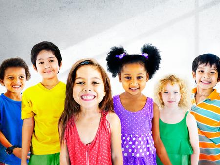 어린이 어린이 다양성 행복 그룹 쾌활 한 개념 스톡 콘텐츠