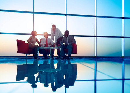 hombres trabajando: Equipo Negocios Discusión Reunión Concepto Corporativa