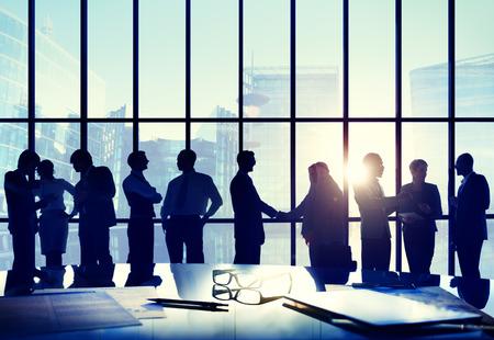 administracion de empresas: Negocios Conferencia del apretón de manos Interacción concepto del saludo Acuerdo Foto de archivo