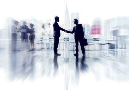 dando la mano: Siluetas de hombres de negocios de Trabajo y paisaje urbano