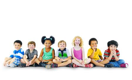 子供たちの子供たち幸せ多民族グループ陽気なコンセプト